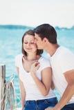 Le portrait des couples hétérosexuels sur la plage arrosent l'avant l'été d Image stock