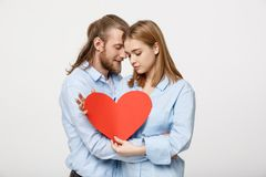 Le portrait des couples mignons heureux dans l'amour apprécie le jour du ` s de Valentine Un homme avec une barbe et une femme av Photographie stock libre de droits