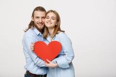 Le portrait des couples mignons heureux dans l'amour apprécie le jour du ` s de Valentine Un homme avec une barbe et une femme av Photographie stock