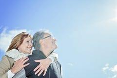 Le portrait des couples supérieurs heureux en hiver assaisonnent Photographie stock