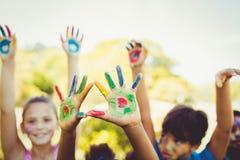 Le portrait des enfants mignons avec composent avoir coloré des mains Image libre de droits