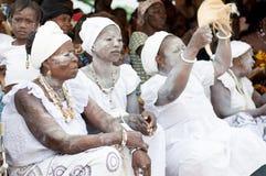 Le portrait des femmes s'est habillé dans le blanc avec le cou et le bras traditionnels image stock
