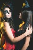Le portrait des femmes sexy avec le smokey gothique de maquillage observe Image libre de droits