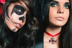 Le portrait des femmes sexy avec le smokey gothique de maquillage observe Image stock