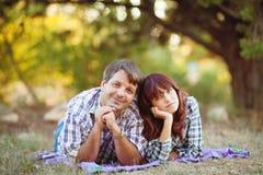 Le portrait des hommes et les femmes en été se garent Image stock
