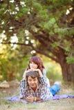 Le portrait des hommes et les femmes en été se garent Photographie stock libre de droits