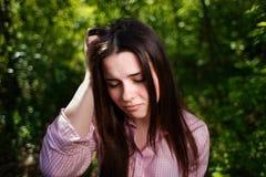 Le portrait des jeunes a soumis à une contrainte la femme souffrant du mal de tête ou du migr images libres de droits