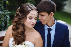 Le portrait des nouveaux mariés affectueux, penché dans l'un l'autre des têtes du ` s, a fermé leurs yeux, aujourd'hui heureux le Images libres de droits