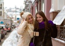 Le portrait drôle de jolis amis positifs de femmes faisant l'individu mettent en communication Photos libres de droits