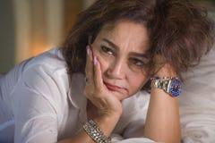 Le portrait dramatique de mode de vie du milieu triste et déprimé attrayant âgé autour du sentiment de la femme 50s seul a dérang photographie stock libre de droits