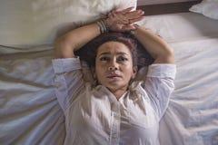 Le portrait dramatique de mode de vie du milieu triste et déprimé attrayant âgé autour du sentiment de la femme 50s seul a dérang photo libre de droits