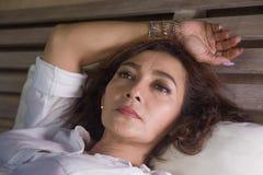 Le portrait dramatique de mode de vie du milieu triste et déprimé attrayant âgé autour du sentiment de la femme 50s seul a dérang images libres de droits