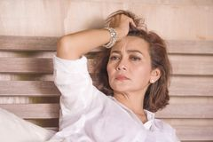 Le portrait dramatique de mode de vie du milieu triste et déprimé attrayant âgé autour du sentiment de la femme 50s seul a dérang photos stock