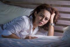 Le portrait dramatique de mode de vie du milieu triste et déprimé attrayant âgé autour du sentiment de la femme 50s seul a dérang photo stock