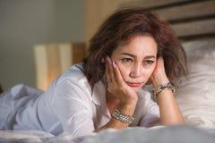 Le portrait dramatique de mode de vie du milieu triste et déprimé attrayant âgé autour du sentiment de la femme 50s seul a dérang image stock