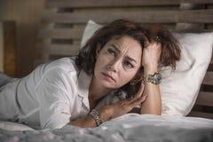 Le portrait dramatique de mode de vie du milieu triste et déprimé attrayant âgé autour du sentiment de la femme 50s seul a dérang photographie stock