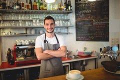 Le portrait du barman sûr avec des bras a croisé au café Photo libre de droits