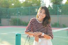 Le portrait du blanc de port de belle jeune femme asiatique vêtx la SK Photos libres de droits