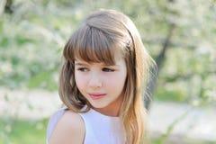 Le portrait du cerisier heureux de whith de petite fille fleurit Photographie stock libre de droits