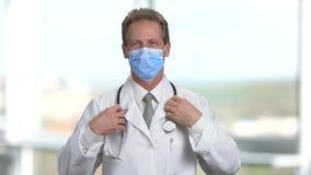 Le portrait du docteur mûr a mis dessus le stéthoscope sur son cou banque de vidéos