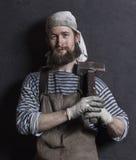 Le portrait du forgeron avec le marteau de forgeron photos libres de droits
