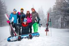 Le portrait du groupe d'amis profitent d'un agréable moment en hiver Image libre de droits