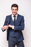 Le portrait du jeune homme d'affaires beau dans le costume a mis en paquet Photo libre de droits