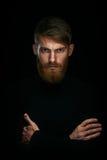 Le portrait du jeune homme sérieux avec plié et croisement remet le sta image stock