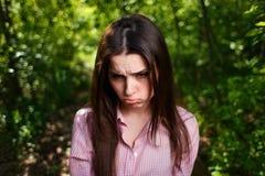 Le portrait du jeune renversement malheureux attrayant a offensé le visage de femme images stock