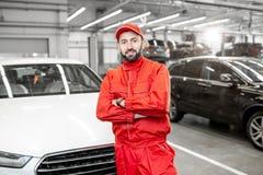 Le portrait du mécanicien automobile au service de voiture images stock