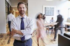 Le portrait du milieu a vieilli l'homme blanc dans un lieu de travail moderne occupé photo stock
