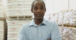Le portrait du milieu a vieilli le travailleur de sexe masculin 4k d'entrepôt banque de vidéos