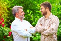 Le portrait du père et du fils heureux, celui sont semblable dans l'aspect Photo libre de droits