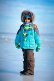 Le portrait du petit garçon mignon en hiver vêtx Images stock