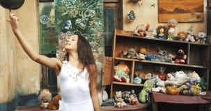 Le portrait du peu boule de rotation de joli enfant sur le doigt dans le vieux jardin couvert de vintage joue Jeune gymnaste 4k banque de vidéos