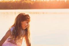 Le portrait du regard triste mignon de petite fille s'est inquiété au jour d'été Photos stock