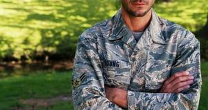Le portrait du soldat se tenant avec des bras a croisé en parc banque de vidéos