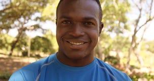 Le portrait du sportif sourit à l'appareil-photo banque de vidéos