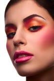 Le portrait en gros plan de beauté du modèle avec rougissent et dentellent des lèvres Photo libre de droits