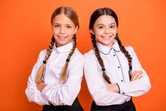 Le portrait en gros plan de belles filles de la préadolescence satisfaites gaies mignonnes avec du charme attirantes jolies pour  photo libre de droits