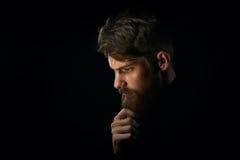 Le portrait en gros plan de la barbe émouvante perplexe de jeune homme regardant font Images stock