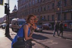 Le portrait extérieur de la jeune belle femme caucasienne marche sur la rue dans StPetersburg, Russie photos libres de droits