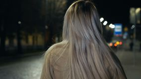 Le portrait extérieur de la jeune femme avec de longs cheveux blonds, rouge à lèvres rouge, et regard élégant dans la ville égali clips vidéos