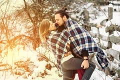 Le portrait extérieur de mode de jeunes couples sensuels en hiver froid survivent Amour et baiser Images libres de droits