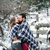 Le portrait extérieur de mode de jeunes couples sensuels en hiver froid survivent Amour et baiser Photographie stock