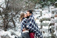 Le portrait extérieur de mode de jeunes couples sensuels en hiver froid survivent Amour et baiser Photo libre de droits