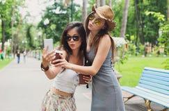Le portrait extérieur de trois amis prennent le selfie avec le smartphone Images stock