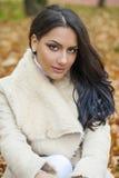 Le portrait facial d'une belle femme arabe a chaudement vêtu extérieur images libres de droits
