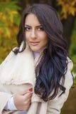 Le portrait facial d'une belle femme arabe a chaudement vêtu extérieur photo libre de droits