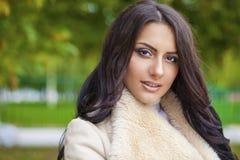 Le portrait facial d'une belle femme arabe a chaudement vêtu extérieur photo stock